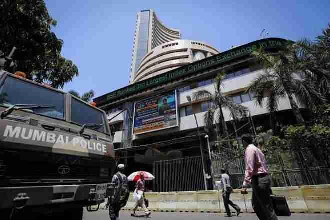 """MarketExpress Live:Sensex收益超过100分,漂亮爬升到10,300以上;卢比商人"
